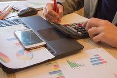 Ręki księgowy z kalkulatorem i piórem Księgowości tło Biznesmen używa kalkulatora kalkulować liczby Zdjęcia Stock