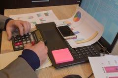 Ręki księgowy z kalkulatorem i piórem Księgowości tło Biznesmen używa kalkulatora kalkulować liczby Zdjęcia Royalty Free
