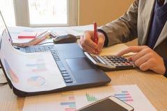 Ręki księgowy z kalkulatorem i piórem Księgowości tło Biznesmen używa kalkulatora kalkulować liczby Zdjęcie Royalty Free