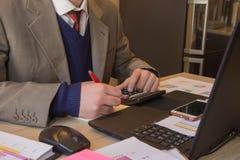 Ręki księgowy z kalkulatorem i piórem Księgowości tło Biznesmen używa kalkulatora kalkulować liczby Obraz Royalty Free