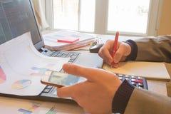 Ręki księgowy z kalkulatorem i piórem Księgowości tło Biznesmen używa kalkulatora kalkulować liczby Obrazy Stock