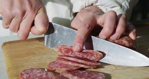 Ręki kucharz w hotelu cią kiełbasę zdjęcie wideo