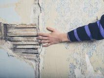 Ręki lath wzruszająca ściana obrazy stock