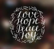 Ręki literowanie z inspiracyjnymi wakacyjnymi wycenami miłość, nadzieja, pokój, radość royalty ilustracja