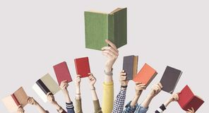 Ręki ludzie chwyt książek Obrazy Royalty Free