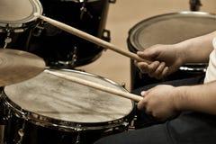 Ręki mężczyzna bawić się bębenu set Fotografia Royalty Free