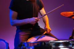 Ręki mężczyzna dobosza obsiadanie i bawić się bębeny z drumsticks Fotografia Royalty Free