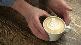 Ręki mężczyzna i latte zbiory