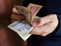 ręki mężczyzna liczy belizean banknoty obrazy royalty free