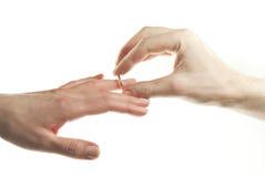 ręki mężczyzna omijania pierścionek s Zdjęcia Royalty Free