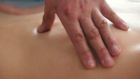 Ręki mężczyzna physiotherapist masowania kobiety ` s plecy w medycznym biurze zdjęcie wideo