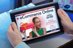 Ręki mężczyzna przy stroną internetową online zdrowie usługa w tabl Obrazy Stock