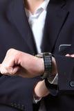 ręki mężczyzna s zegarek zdjęcie stock