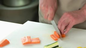 Ręki mężczyzna tnąca marchewka zbiory wideo