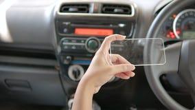 Ręki mężczyzna używa jasną pastylkę w samochodzie dla przewiezionego futurystycznego i technologii pojęcia zdjęcie wideo