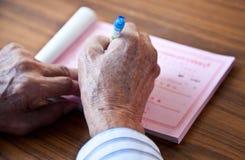 Ręki mężczyzna writing na biurku olderly Fotografia Royalty Free