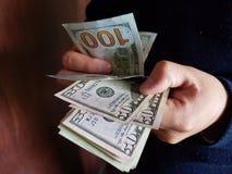 ręki mężczyzny dolarów odliczający Amerykańscy banknoty obraz royalty free