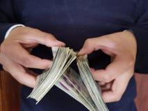 ręki mężczyzny mienia dolarów amerykańscy banknoty fotografia royalty free