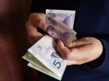ręki mężczyzny odliczający Chińscy banknoty zdjęcie stock
