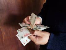 ręki mężczyzny odliczający Kubańscy banknoty zdjęcia royalty free