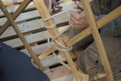 Ręki męscy budowniczowie Mężczyzna budowy jurty Azjatycka rama Fotografia Royalty Free