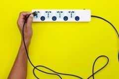 Ręki męskiego mienia elektryczna prymka i kładzenie czopujemy W wielokrotność s Zdjęcia Stock