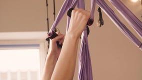 Ręki młoda atrakcyjna kobieta robi joga zdjęcie wideo
