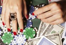 Ręki młoda caucasian kobieta z czerwonym manicure'em fotografia royalty free