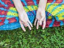 Ręki młoda dziewczyna zdjęcie royalty free
