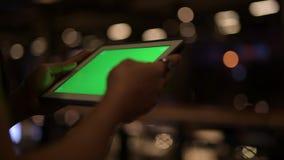 Ręki młody Azjatycki mężczyzna używa cyfrową pastylkę przy nocą zdjęcie wideo