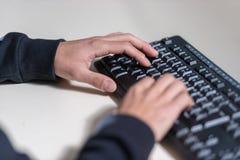 Ręki młody komputerowy sicience uczeń na komputerowej klawiaturze zdjęcia stock