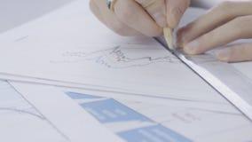 Ręki młody męski pieniężny analityczny, zakończenie up który bada cyfrową rynek walutowy sytuację w, jego biurze zbiory wideo
