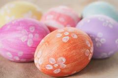 Ręki malujący Easter jajka na stole obrazy stock