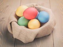 Ręki malujący Easter jajka w pucharze zdjęcia stock