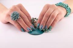 Ręki, Malujący gwoździe i biżuteria, Zdjęcia Stock