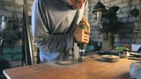 Ręki mechanika chwyta narzędzie podczas operacji Mężczyzna pracy w jego garaż Pracowników procesów szczegół na desktop ciężka pra zdjęcie wideo