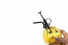 Ręki mienia żółtej kiści szklana butelka odizolowywa Zdjęcie Royalty Free