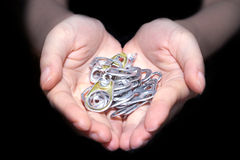 Ręki mienia aluminiowa nakrętka Zdjęcia Royalty Free
