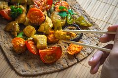 Ręki mienia chopsticks kawałek kurczak Piec na grillu piec warzywa z kawałkami kurczaka curry Obraz Royalty Free