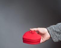 Ręki mienia czerwony serce kształtujący pudełko Zdjęcie Royalty Free