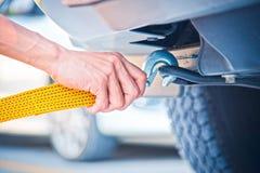 Ręki mienia holować żółta samochodowa patka z samochodem Zdjęcia Stock