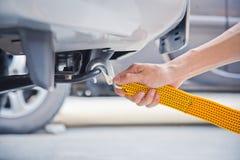 Ręki mienia holować żółta samochodowa patka z samochodem obraz stock