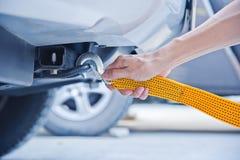 Ręki mienia holować żółta samochodowa patka z samochodem Zdjęcia Royalty Free