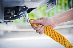 Ręki mienia holować żółta samochodowa patka z samochodem obrazy stock