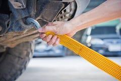 Ręki mienia holować żółta samochodowa patka z samochodem Zdjęcie Royalty Free