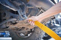 Ręki mienia holować żółta samochodowa patka z samochodem Obraz Royalty Free