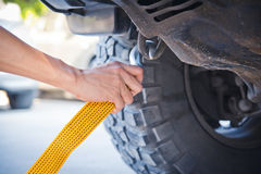 Ręki mienia holować żółta samochodowa patka z samochodem fotografia stock