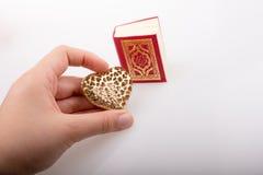 Ręki mienia Kierowy kształt i Islamski Święty koran Obraz Stock