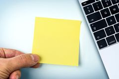 Ręki mienia koloru żółtego papieru notatka Zdjęcia Royalty Free