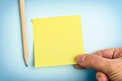 Ręki mienia koloru żółtego papieru notatka Zdjęcie Royalty Free